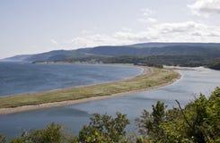 Il fiume incontra l'oceano fotografie stock