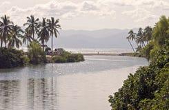 Il fiume incontra l'Oceano Pacifico fotografia stock libera da diritti