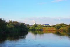 Il fiume, la riva ed il cielo Fotografia Stock