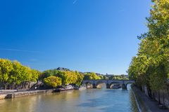 Il fiume la Senna in autunno Parigi, Francia fotografia stock libera da diritti