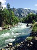 Il fiume lo passa fotografia stock