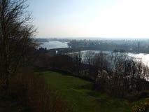 Il fiume Loira nella foschia, con un ponte di pietra antico immagine stock