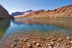 Il fiume in montagne fotografia stock libera da diritti