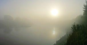 Il fiume nebbioso Fotografia Stock