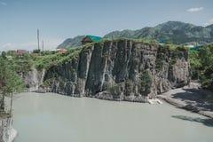 Il fiume nel altai montagnoso fra le montagne Fotografia Stock