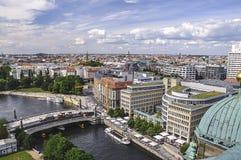 Il fiume passa attraverso Berlino Immagine Stock