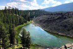 Il fiume passa le rocce vulcaniche Fotografia Stock Libera da Diritti