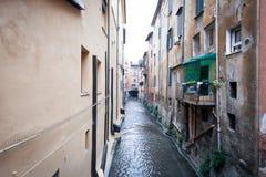 Il fiume Reno funziona lungo i canali a Bologna Fotografia Stock