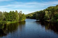 Il fiume retrocede nella distanza sulla riva fotografia stock libera da diritti