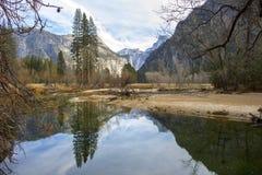 Il fiume riflette gli alberi e le montagne in foresta di Yosemite Fotografie Stock Libere da Diritti