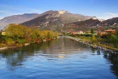 Il fiume Sarca alla polizia del sul di Torbole, Italia del Nord Immagini Stock