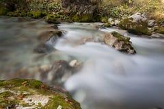 Il fiume scorre dalle montagne Immagine Stock