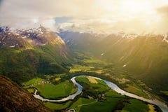 Il fiume serpeggia intorno ai campi veduti dalla cresta di Romsdalseggen, Andalsnes, Norvegia fotografie stock