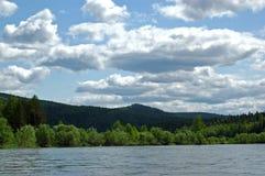 Il fiume siberiano Mana della montagna Immagini Stock