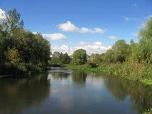 Il fiume sotto cielo blu immagini stock