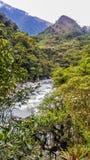 Il fiume sotto la montagna fotografie stock