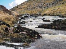 Il fiume Tavy che precipita a cascata sopra le rocce attraverso il Tavy si fende, parco nazionale di Dartmoor, Devon, Regno Unito fotografie stock libere da diritti