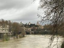 Il fiume il Tevere in primavera sotto i cieli nuvolosi immagini stock libere da diritti