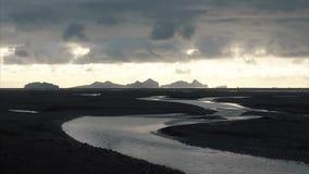 Il fiume tortuoso nella valle al tramonto stock footage