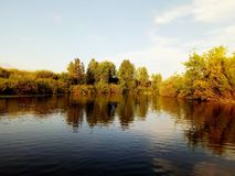 Il fiume Uvelka nel distretto del etkul della regione di Ä?eljabinsk La vista dalla barca fotografia stock libera da diritti