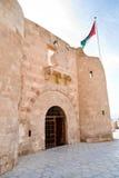 Il Flagpole di Aqaba sotto la fortificazione medioevale di Mamluks fotografia stock libera da diritti