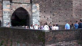 Il flusso dei turisti all'entrata al castello di Sforzesco Milano, Italia video d archivio