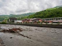 Il flusso potente di un fiume della montagna in primavera fotografia stock libera da diritti