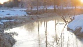 Il flusso rapido ad alba di un fiume d'avvolgimento in molla in anticipo La foschia aumenta dall'acqua stock footage