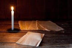 Il foglio di carta in bianco si trova su una tavola di legno Fotografia Stock