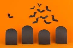 Il fondo arancio di Halloween di divertimento con le etichette dello spazio in bianco ed i pipistrelli si affollano, deridono su Fotografia Stock