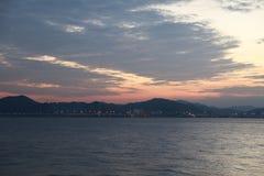 Il fondo astratto colora il fuoco nel tramonto dell'estate del cielo sopra il mare fotografia stock