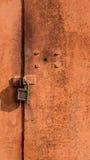 Il fondo astratto con i fori e la serratura avvita e la struttura di ruggine bruno-arancio con i punti La struttura verticale Fotografia Stock