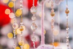Il fondo astratto di natale con le perle ed il fondo vago, bambini dentellano la struttura sveglia Fotografie Stock