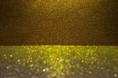 Il fondo astratto ha riempito di scintillio scuro brillante dell'oro Immagine Stock