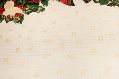 Il fondo beige del tessuto di struttura di Natale con giallo stars Fotografie Stock Libere da Diritti