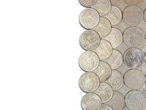 Il fondo bianco con le monete di baht della Tailandia è ordinato Fotografia Stock Libera da Diritti