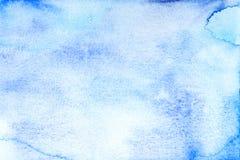 Il fondo blu colorato l'acqua con spruzza Immagini Stock