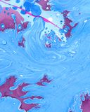 Il fondo blu di marmorizzazione astratto dell'ombra con le onde e spruzza Fotografie Stock Libere da Diritti
