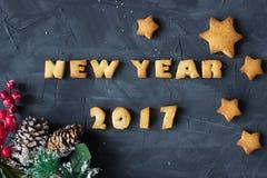 Il fondo con il pan di zenzero al forno esprime i nuovi anni 2017 e biscotti a forma di stella con il ramo decorato dell'abete Id Immagine Stock Libera da Diritti