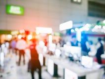 Il fondo confuso dell'Expo di mostra con la gente della folla dentro conven immagine stock libera da diritti