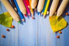 Il fondo d'annata ha colorato la tavola del blu di frutti di autunno delle matite Fotografia Stock Libera da Diritti