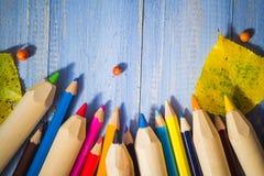Il fondo d'annata ha colorato la tavola del blu di frutti di autunno delle matite Fotografie Stock Libere da Diritti