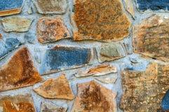 Il fondo dalla vecchia parete scurita con marrone del granito ha elaborato approssimativamente il primo piano delle pietre immagini stock