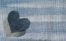 Il fondo dei due cuori del denim si trova sul blu strutturato d'avanguardia f Fotografie Stock Libere da Diritti