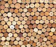 Il fondo dei sugheri usati del vino, parete dei molti vino differente tappa il primo piano Fotografie Stock Libere da Diritti