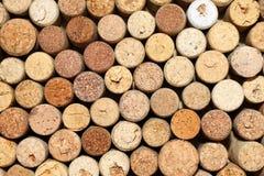 Il fondo dei sugheri usati del vino, parete dei molti vino differente tappa il primo piano Fotografia Stock Libera da Diritti