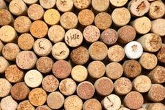 Il fondo dei sugheri usati del vino, parete dei molti vino differente tappa il primo piano Fotografia Stock