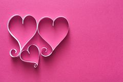 Il fondo del biglietto di S. Valentino con il cuore della carta fatta a mano modella la decorazione Fotografia Stock Libera da Diritti