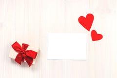 Il fondo del biglietto di S. Valentino con il contenitore di regalo Fotografia Stock Libera da Diritti