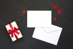 Il fondo del biglietto di S. Valentino con la carta Immagini Stock Libere da Diritti
